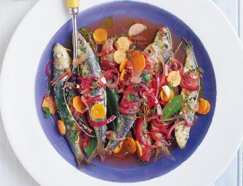 Sardine calde, pe un strat de ceapă marinată